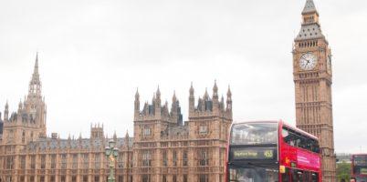イギリスのビッグ・ベンと二階建てバス