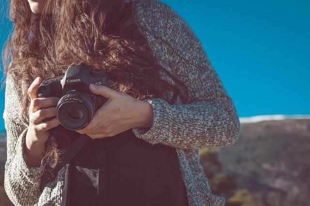 カメラを持つロングヘアの女性