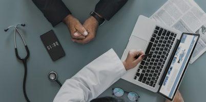 データを見ながら話す医師と患者
