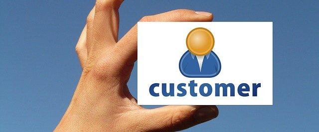 顧客カードを持つ手