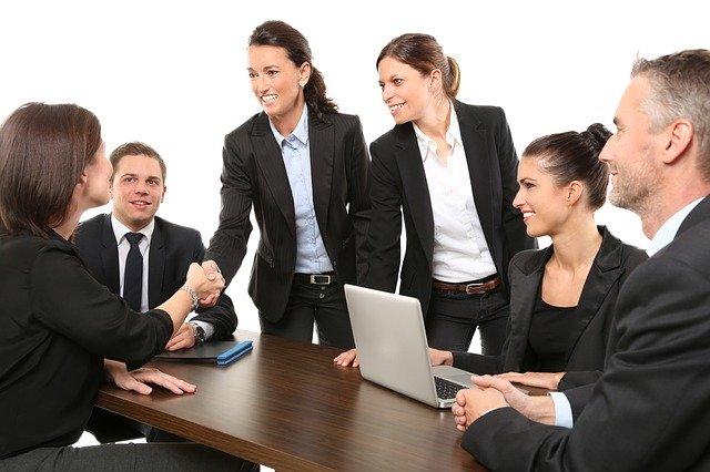 商談成立で握手するビジネス女性